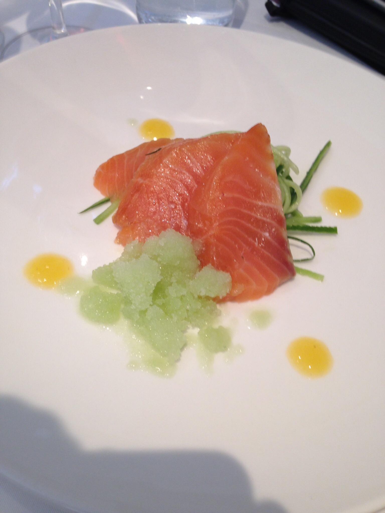 Gravlax de salmon,  Chutney a la mangue, granite concombre