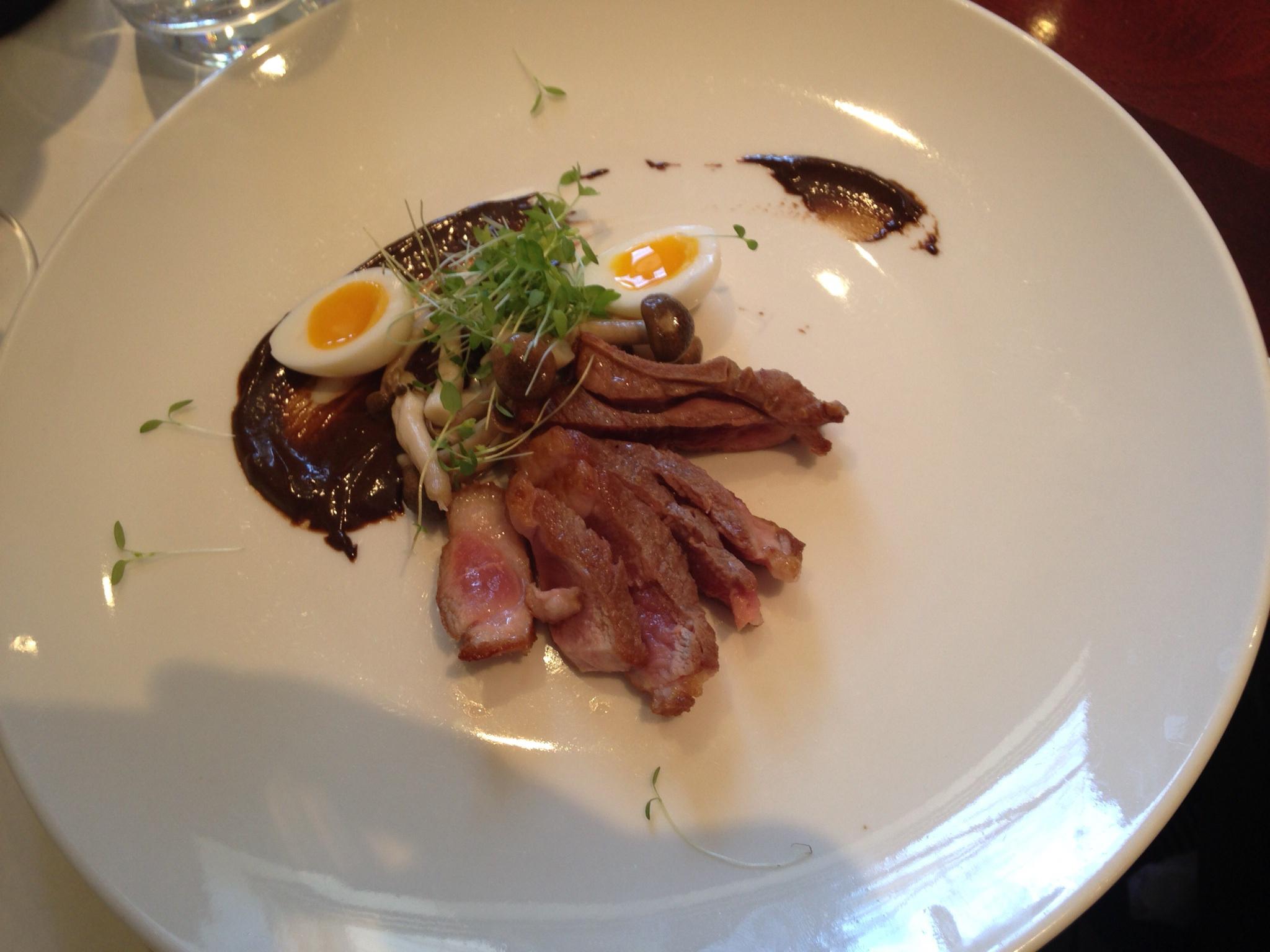 Tataki de carnard, enoki marine, oeuf de Caille , aoli d'ail noir